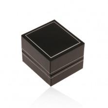 Fekete műbőr doboz gyűrűre, vékony szegély ezüst árnyalatban