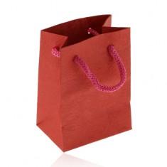 Kis méretű ajándéktáska, matt felület, piros árnyalatban, rózsa lenyomatokkal