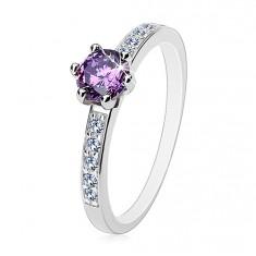 925 ezüst gyűrű, kerek lila cirkónia, átlátszó cirkóniák vonala a szárakon
