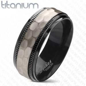 Titánium gyűrű, fekete bemetszett szélek, csiszolt matt középső sáv, 8 mm