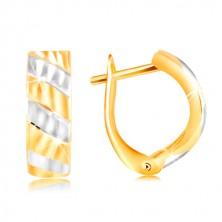14K arany fülbevaló - ferde sávok sárga és fehér aranyból, csillogó vágatok