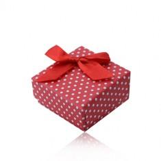 Piros ajándékdoboz gyűrűre vagy fülbevalóra, fehér pontokkal és masnival díszítve