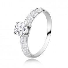 925 Ezüst gyűrű - kerek cirkóniakő a tartóban, kiszélesedő cirkónia vállakkal.