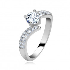 925 sterling ezüstből készült eljegyzési gyűrű, csillogó cirkónia vállak, kerek, tiszta cirkónia a közepén.