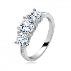 925 ezüst gyűrű- három csillogó tiszta cirkóniával, keskeny, csillogó vállak cirkóniákkal díszítve.