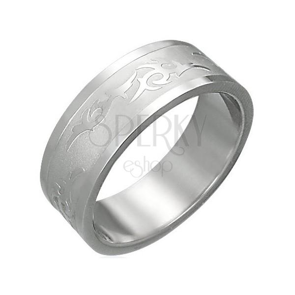 Sebészeti acélból készült gyűrű törzsi motívummal