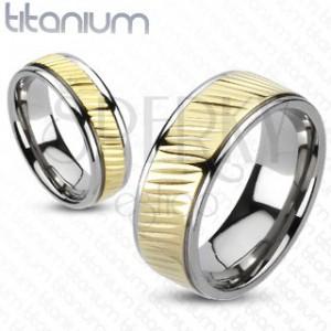 Karikagyűrű titániumból - arany színű sáv átlós bemarásokkal