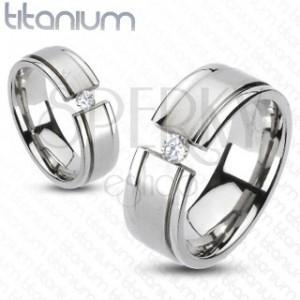 Titánium gyűrű - kettévágott karikagyűrű, csillogó cirkónia