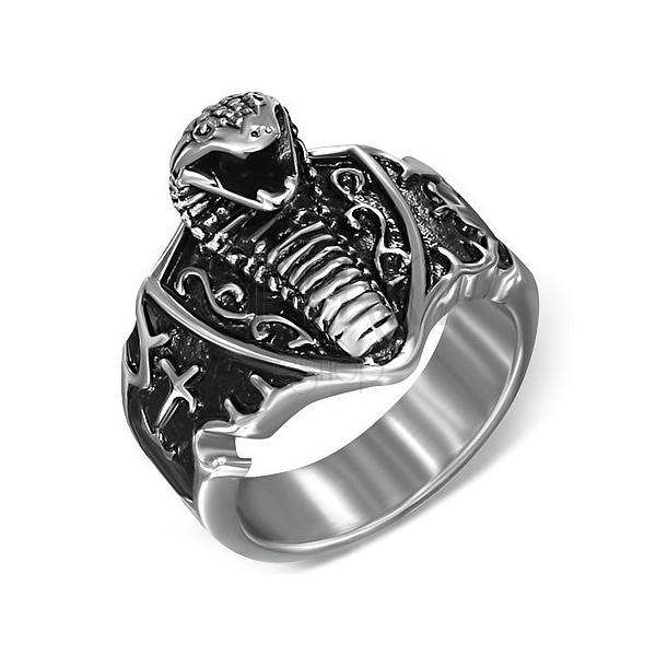 Gyűrű sebészeti acélból - támadó kobra és címer