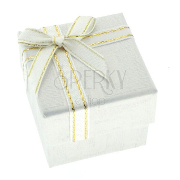 Fehér ajándék doboz - görögmintás felület és szalag